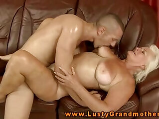 granny: Amateur mature gets anally fucked